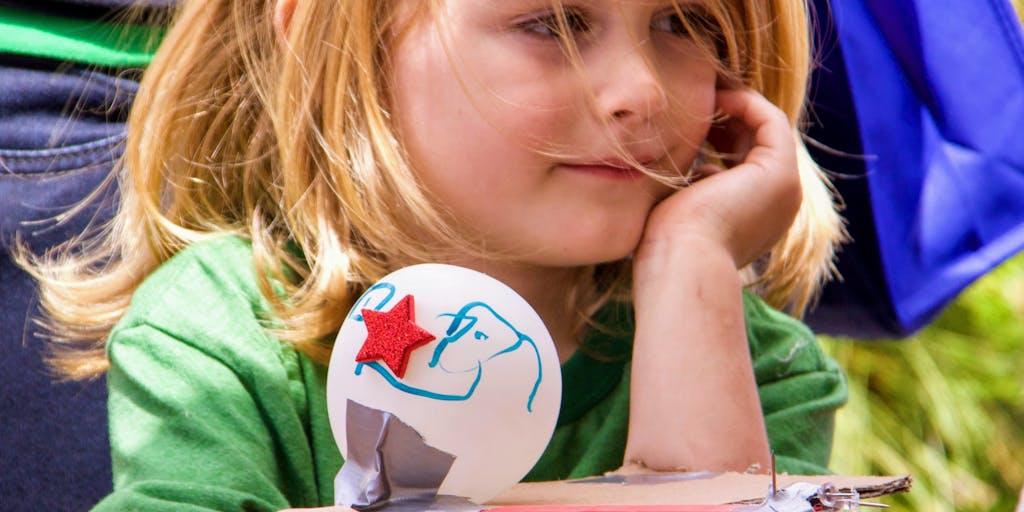 As crianças têm um enorme interesse em descobrir, criar e modificar o uso de tudo o que as cercam. Foto: Getty Images.